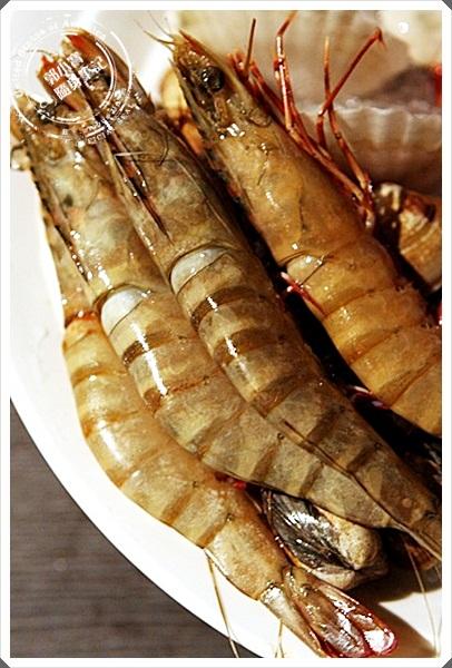 一堆海鲜跟蔬菜熬出来的鲜美汤头,想不想一起来喝一口啊!